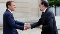 Rajoy saluda al presidente francés en la cumbre europea-africana. Foto: Reuters
