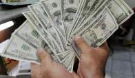 Ingreso de fondos especulativos impulsa al dólar hacia abajo pero las medidas revertieron situación. AP