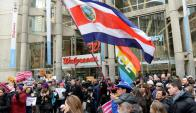 Inmigrantes, mujeres y activistas LGTB protestaron contra Trump en Massachusetts. Foto: AFP.