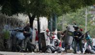 Ayer hubo nuevos choques entre manifestantes opositores y la policía. Foto: Reuters