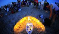 La típica barca llena de ofrendas y rodeada de velas. Foto: Marcelo Bonjour