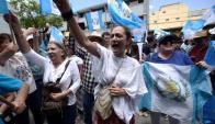 """Iván se queda, Jimmy se va"", gritaban los manifestantes. Foto: Reuters"