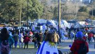 Los hinchas uruguayos copan las inmediaciones del Centenario. Foto: Marcelo Bonjour