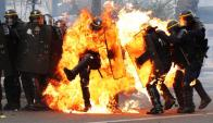 Incidentes: encapuchados enfrentaron a la Policía con bombas incendiarias. Foto: AFP
