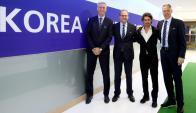 Pablo Aimar junto con representantes de FIFA y Marco Van Basten. Foto: FIFA.com