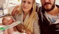 Charlie Gard con sus padres. Foto: Facebook