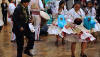 Morales, con un collar de hojas de coca, baila una danza típica boliviana. Foto: AFP