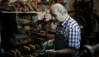 """Bisignano: Carmelo, uno de los tres hermanos que dirigen la zapatería es consciente de que el oficio """"lentamente tiende a desaparecer"""". Foto. Fernando Ponzetto"""