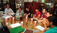 Los jugadores del medio local se reunieron con representantes del Tribunal de Honor en la Mutual. Foto: Marcelo Bonjour
