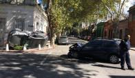 Vuelco: uno de los vehículos quedó cai en el ingreso de una casa de Paullier. Foto: C. Beltrán