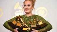 Adele se fue de la gala con cinco estatuillas. Foto: AFP