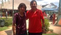 En Asunción. El juvenil sanducero Juan Martín Fumeaux y su entrenador Andrés Artía.