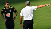 Firmino recibe las indicaciones de Tite. Foto: AFP