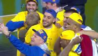La selfie de Petinatti con los campeones (captura tv)