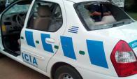 Patrullero destrozado en Lezica. Foto: Twitter @MiguelBarrios_