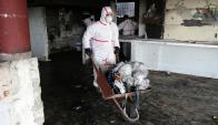 Limpieza: con escobas y trajes funcionarios de la IMM retiraron la basura. Foto: M. Bonjour