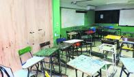 Así se ve uno de los salones del liceo 1 de Colonia; también hay problemas de humedad. Foto: Fenapes