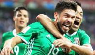 Oribe Peralta, de México, celebra su tanto frente a Nueva Zelanda. Foto: EFE