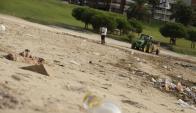 Trabajos de limpieza en la playa del Puerto del Buceo. Foto: Gabriel Rodríguez