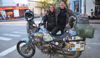 Catherine y Spencer, oriundos de Sudáfrica, llevan recorridos 27.000 km. V. Rodríguez