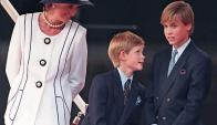 Diana de Gales junto a sus  dos hijos Henry y William en 1995. Foto: AFP