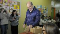 Precandidato Amorín Batlle vota en las elecciones intenras. Foto: Leonardo Carreño