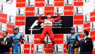 Michael Schumacher y su celebración en Shanghai, con Alonso y Fisichella como escoltas.
