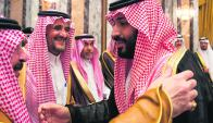 Mohamed bin Salman (derecha) es felicitado por los miembros de la familia real. Foto: Reuters