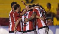 Los jugadores de Estudiantes se abrazan tras el triunfo ante Barcelona. Foto: AFP