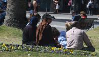 Refugiados: siguen en la Plaza Independencia donde reciben frazadas, dinero y comida. Foto: A. Colmegna