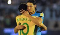 El abrazo entre Edinson Cavani y Neymar. Foto: AFP