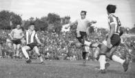 Oscar Míguez trata de dominar la pelota en un estadio Puerto Sajonia todavía pequeño (foto grande). El campeón de Maracaná fue muy criticado por su actuación ese día. Foto: Archivo El País