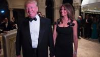 Donald Trump junto a su esposa Melania en la fiesta de Año Nuevo. Foto: AFP
