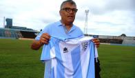 Alfredo Jaureguiverry con la camiseta cerrense para 2017. Foto: F. Ponzetto