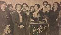 En directo: Comunicadoras en el estudio de CX 48, en 1937. Foto: Reproducción diario