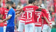 El abrazo de los jugadores del Inter a Nicolás López tras su gol. Foto: internacional.com.br