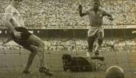Pelé convierte su primer gol con Brasil, fue a Amadeo Carrizo en Maracaná