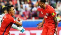 Martín Rodríguez y Alexis Sánchez celebran el gol del empate ante Australia. Foto: AFP