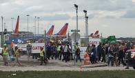 Pasajeros y funcionarios son evacuados del aeropuerto de Florida tras tiroteo. Foto: Reuters