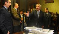 El ministro Astori entregando la Rendición de Cuentas. Foto: D. Borrelli