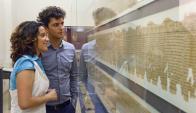 Muestra: dos jóvenes observan los papiros milenarios en Austria Foto: EFE