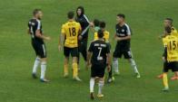Los hinchas de Deportivo Riestra invadieron la cancha para terminar el partido. Foto: Captura