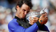 Rafael Nadal besa el trofeo que ganó por décima vez en su carrera. Foto: AFP