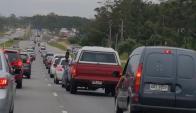 Largas filas de vehículos en la ruta Interbalnearia. Foto: @valeshgf