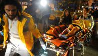 Una mujer herida de bala es trasladada hacia una ambulancia. Foto: Reuters