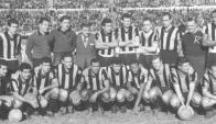 El equipo de Peñarol ganador de la primera Copa Libertadores (1960). Foto: Archivo El País