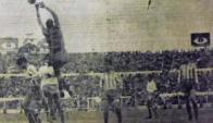 Otero, arquero de La Coruña, busca la pelota en un partido frente a Nacional. Foto: Archivo El País.