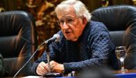 Chomsky en Montevideo. Foto: Twitter @seregni_org