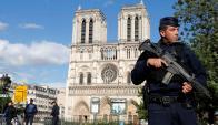 Catedral de Notre Dame custodiada por la Policía. Foto: Reuters