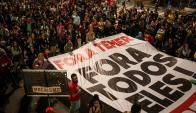 Miles de personas salieron anoche a reclamar la renuncia de Temer. Foto: EFE